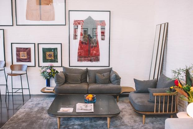 sofá gris con mesa de madera diseño nordico diariodesign