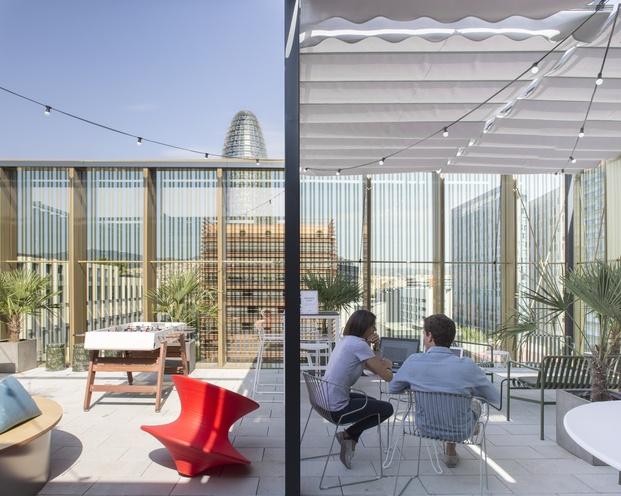terraza con vistas a la torre agbar WeWork Glories Barcelona diariodesign