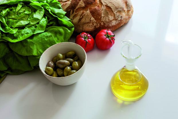 Aceitera Marquina junto a olivas pan tomate escarola