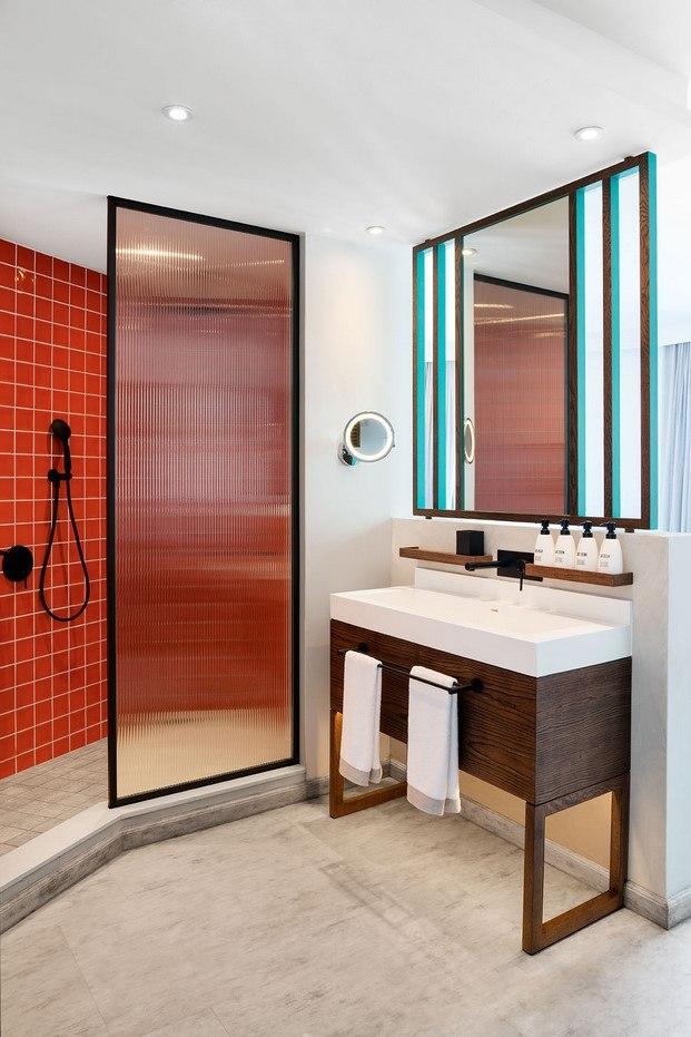 baño azulejo rojo hotel tropical diariodesign