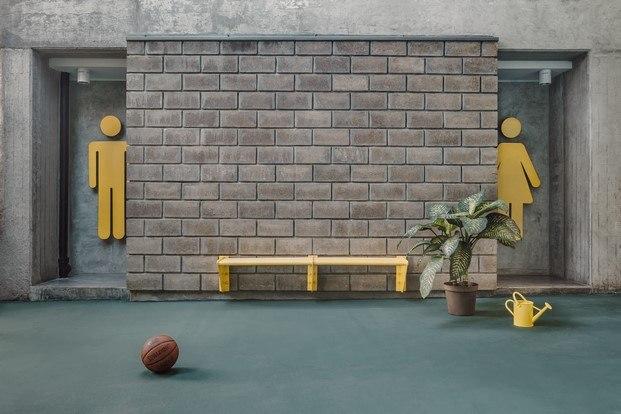 baños señalética amarilla pared hormigón