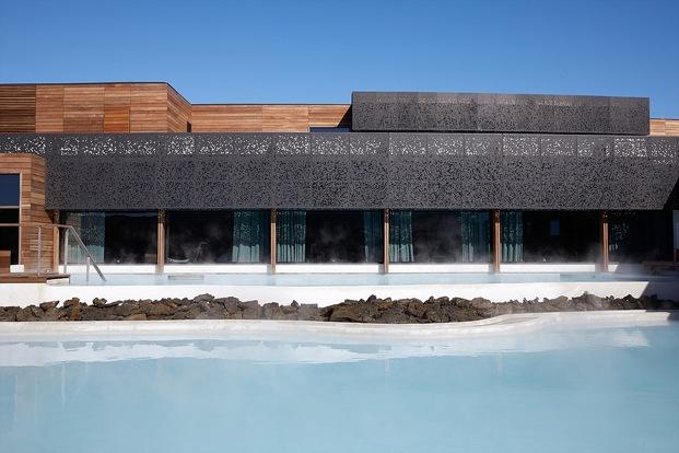 fachada de madera y malla de metal hotel en islandia