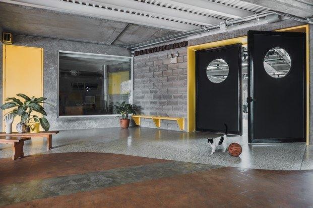 comedor escuela en venezuela pared pizarra mobiliario amarillo gato