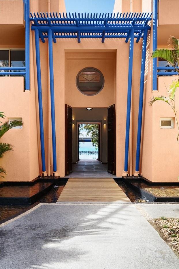 entrada color melocotón y azul hotel tropical salt of palmar diariodesign