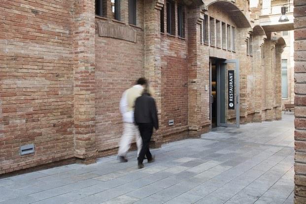 exterior del restaurante de caixaforum ladrillo modernista diariodesign