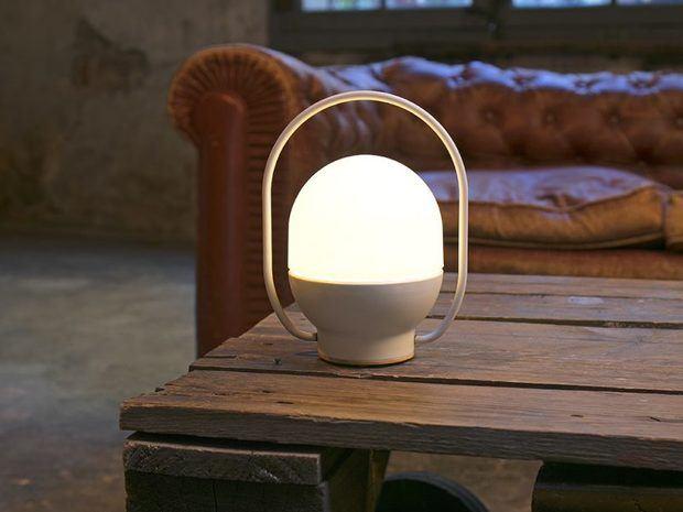Lámpra blanca sobre mesa de palets de madera y sofá chester marrón diariodesign