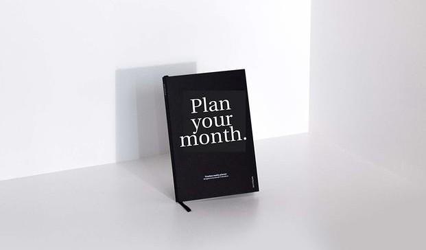 libreta negra sobre pared y suelo fondo blanco octagon design OD diariodesign
