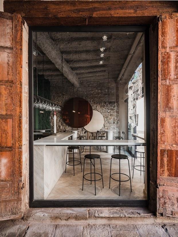 orvay bar en el born exterior mármol suelo madera punta hungría diariodesign