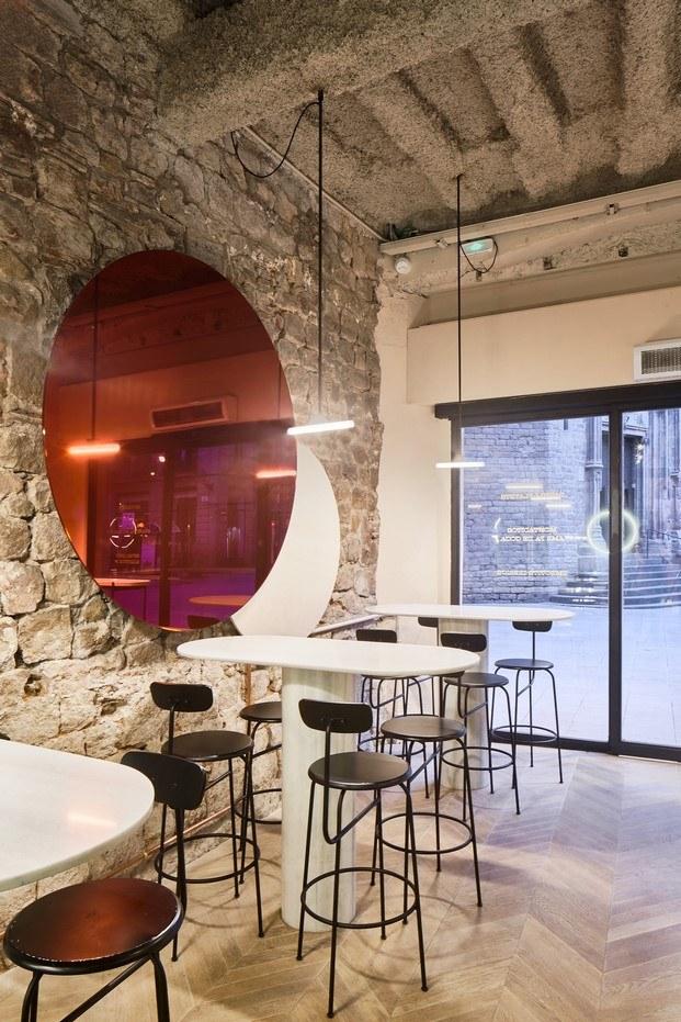 orvay bar en el born mesas altas de mármol escultóricas diariodesign