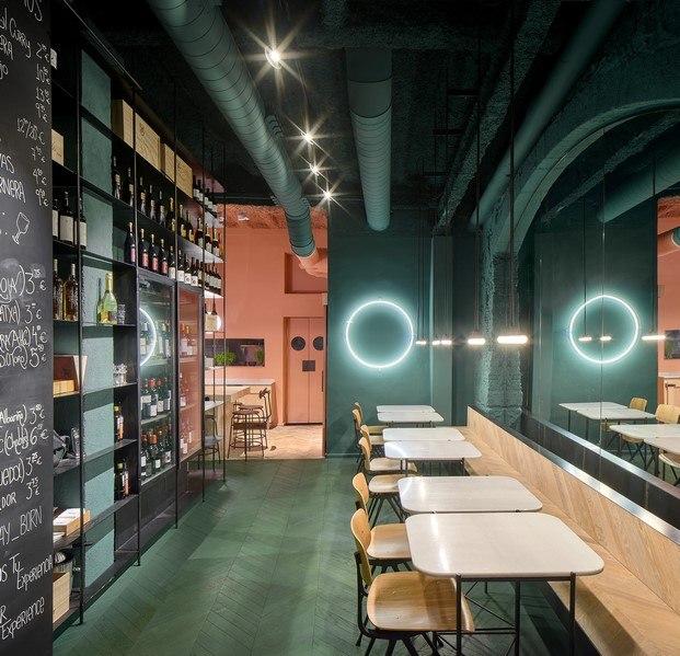 orvay bar en el born zona verde estantería negra sillas hay diariodesign