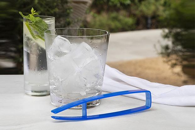 Pinzas azules para cubitos de hielo con vaso de gin tonic y mojito