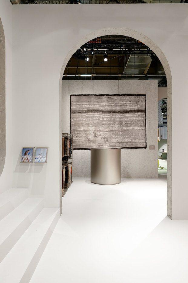 stand en feria con alfombra en tonos grises cc-tapis massaud diariodesign