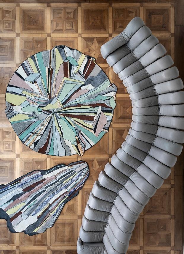 imagen picada de alfombra redonda con sofá gris cc-tapis diariodesign