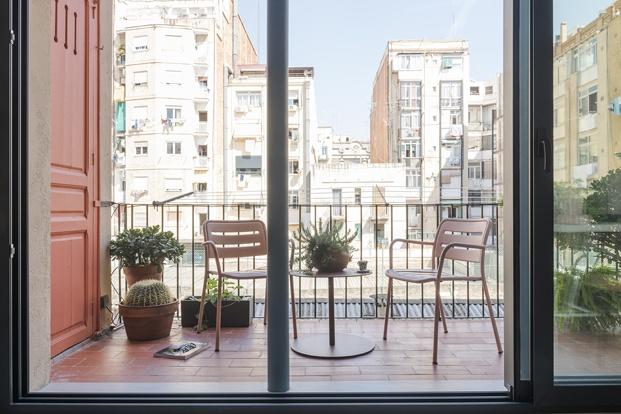 Balcón con dos sillas y una mesa