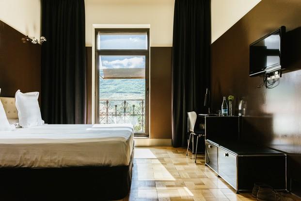 Habitación hotel con escritorio USM Haller Villa Clementina navarra - diariodesign