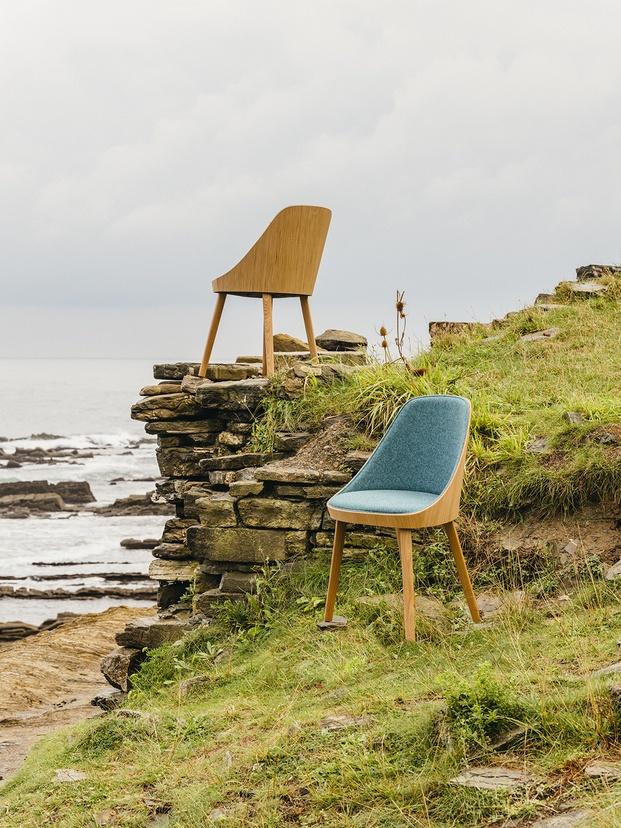 silla con respaldo de madera y tapizada en una colina enea diariodesign