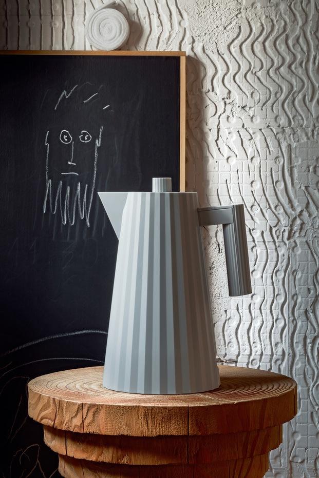 Tetera gris hervidor de agua de diseño alessi plisse michele de lucchi diariodesign