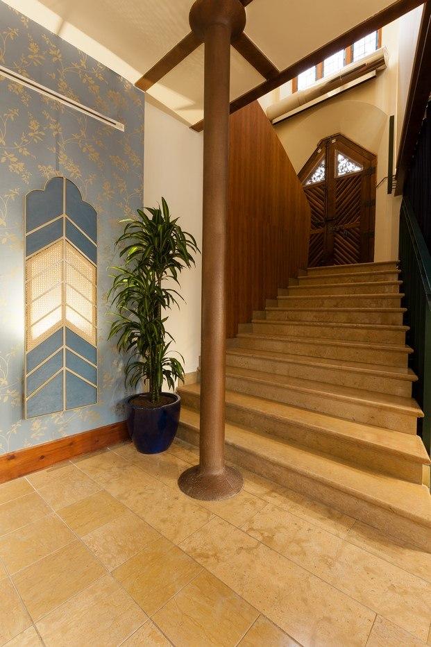 café modernista elegante escaleras