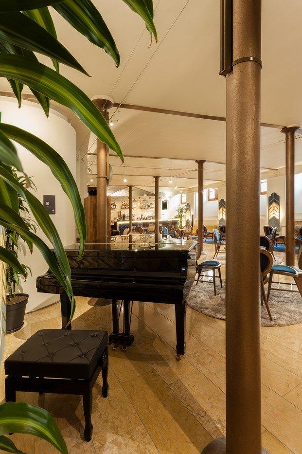 café modernista piano de cola