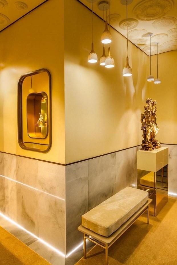 color mostaza combinado con dorados en espacio CasaDecor 2019