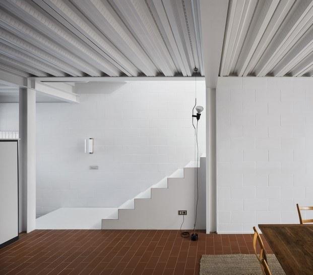 escalera casa frente al mar rasilla catalana diariodesign