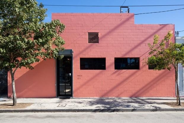 hem showroom en los angeles fachada de ladrillo color coral diariodesign
