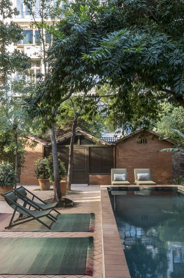 alfombra exterior en piscina con hamacas y tumbonas diariodesign