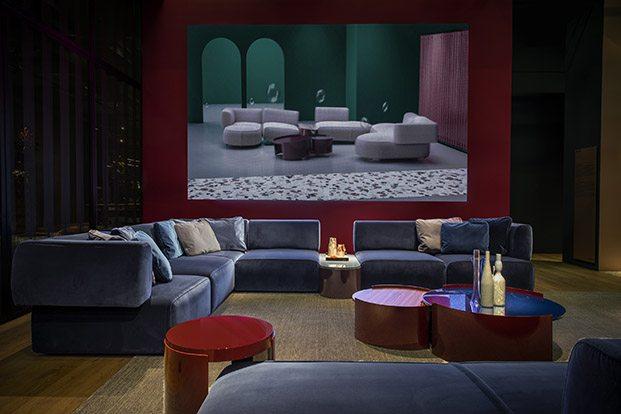 stand cassina bowy sofa de patricia urquiola en terciopelo azul diariodesign