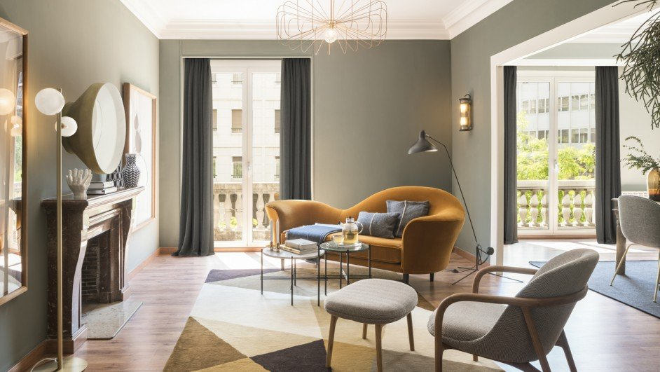 piso moderno en barcelona salón gubi diariodesign