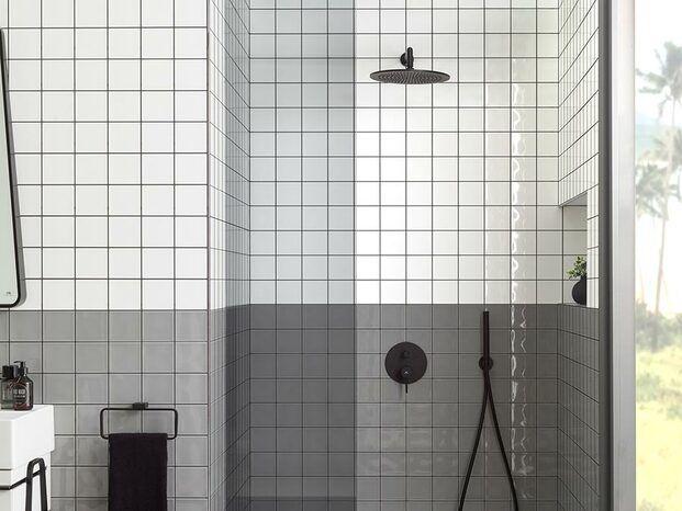 Baño blanco y gris con ducha negra mate Noken Porcelanosa diariodesign