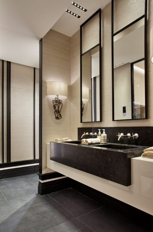 baño en beige con detalles de carpintería en negro