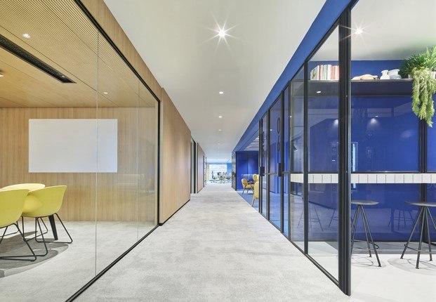 madera y azul oficinas caixabank diariodesign
