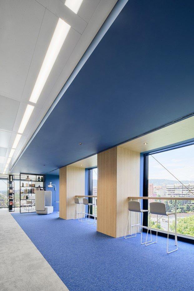 pasillo azul oficinas caixabank diariodesign