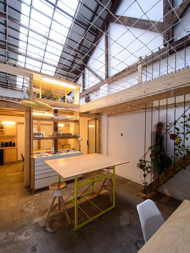 loca studio mesa con taburete y estantería diariodesign