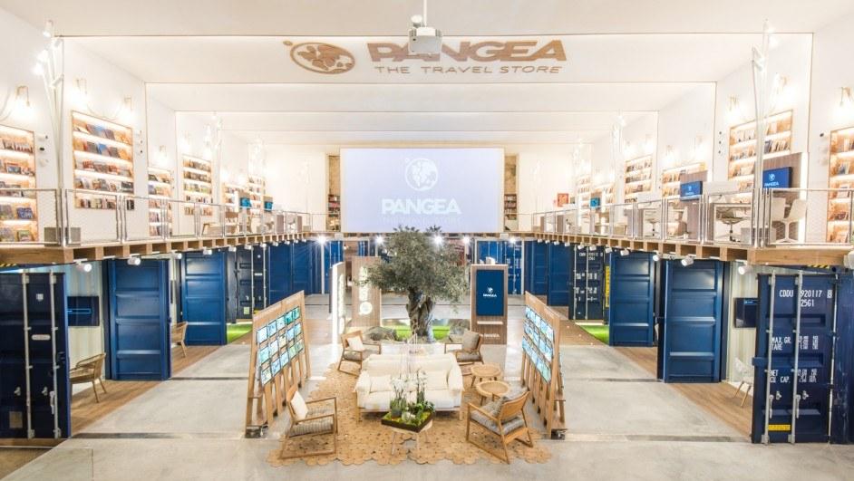 pangea barcelona patio central pantalla madera contenedores azul diariodesign