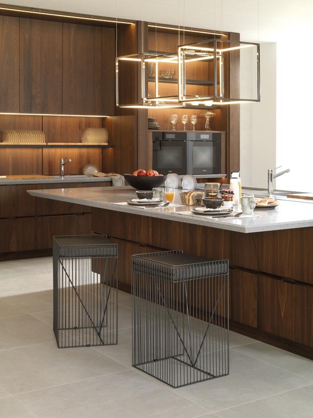 Cocina moderna con isla central y taburetes Porcelanosa Diariodesign