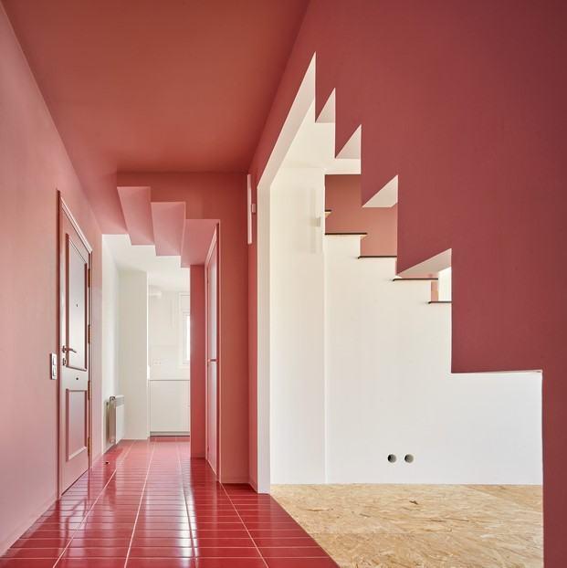 color rosa piso con escalera olot unparelld'arquitectes diariodesign