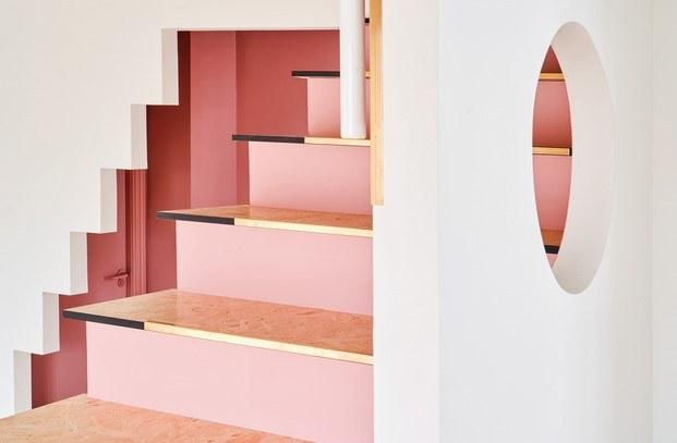 detalle latón en la escalera rosa piso en olot unparelld'arquitectes diariodesign