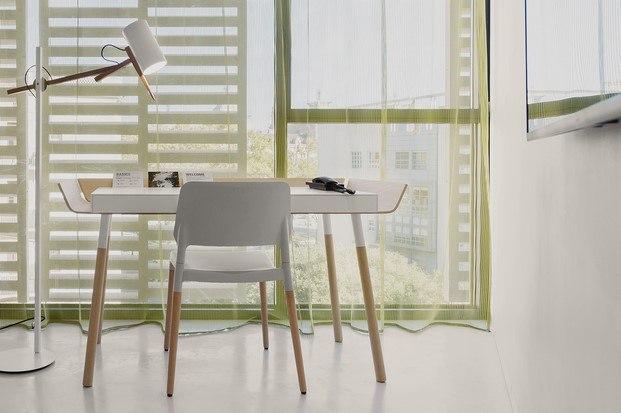habitación hotel de diseño con lámpara de marset y silla santa & cole diariodesign