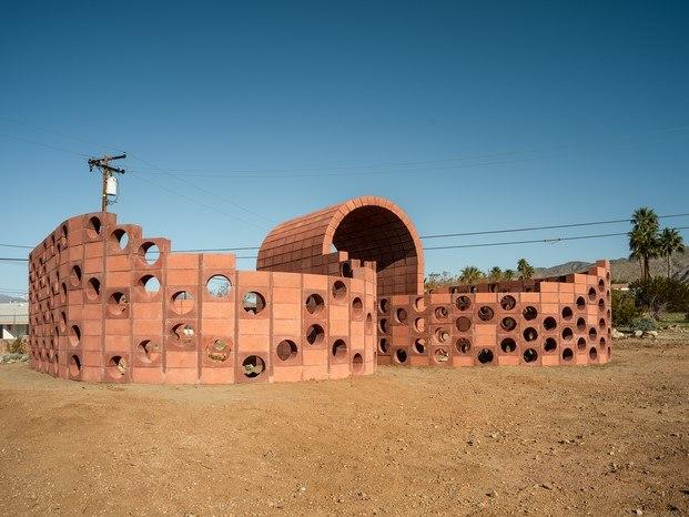 Julian Hoeber en Desert X arte contemporáneo en coachella diariodesign