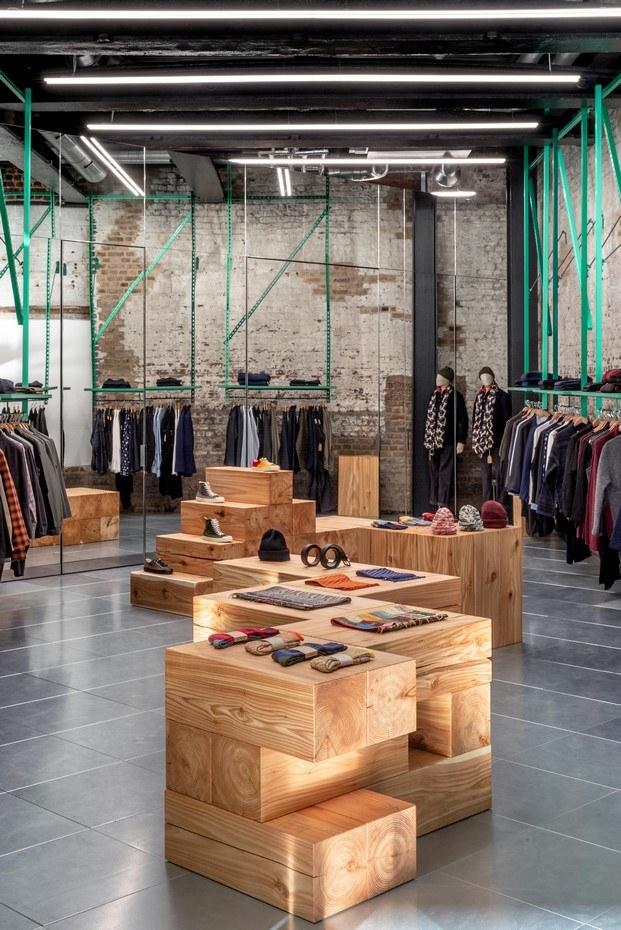 mobiliario de madera de cedro tienda de moda en londres estilo industrial universal works diariodesign
