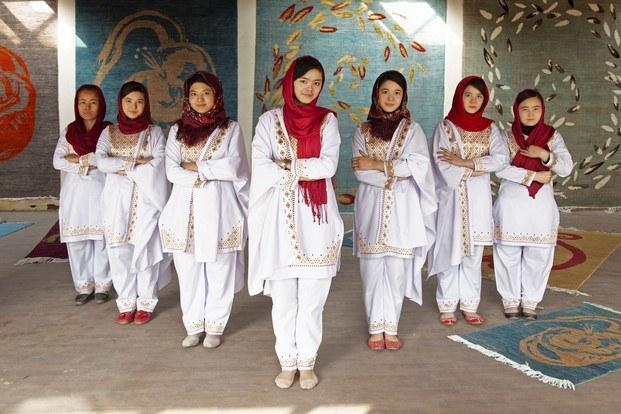 mujeres afganas alfombras ouka leele diariodesign