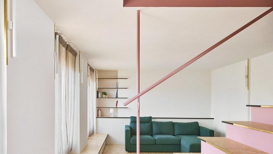 piso con escalera rosa en olot por unparelld'arquitectes diariodesign