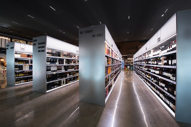 Interior vinoteca Jané Winestore estilo industrial