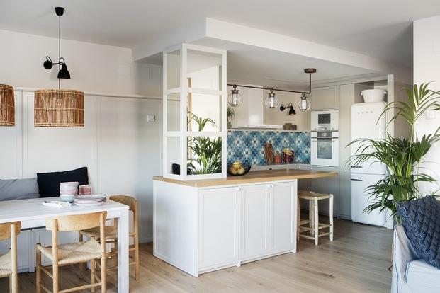 Cocina con isla central de madera apartamento de verano