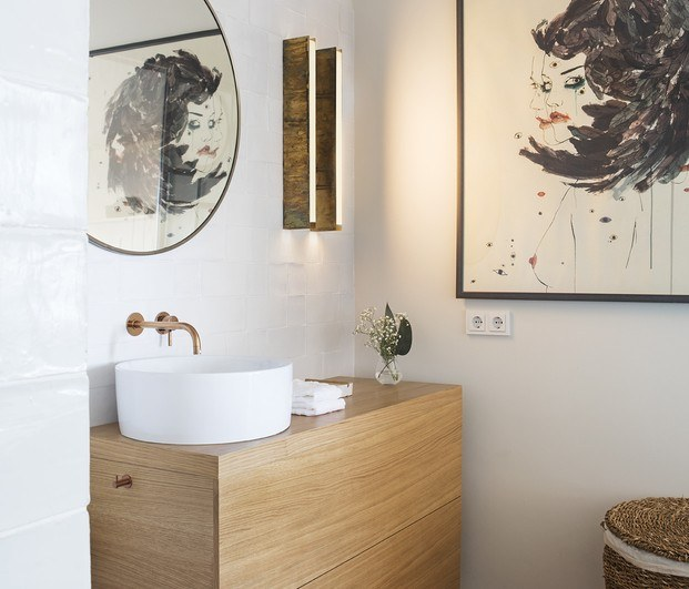 Baño con cuadro de Conrad Roset
