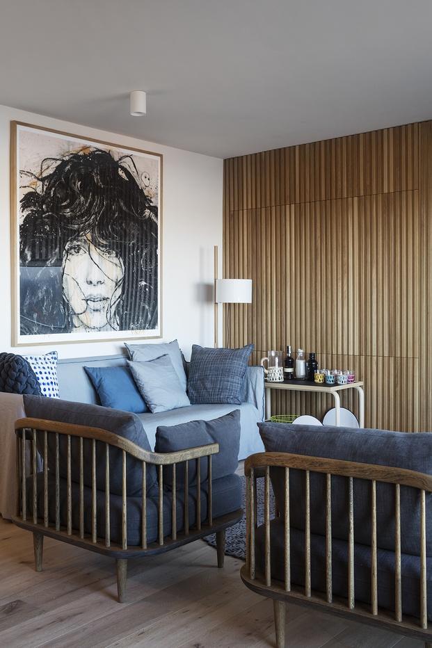 Butacas de diseño en salon con panelado de madera de roble