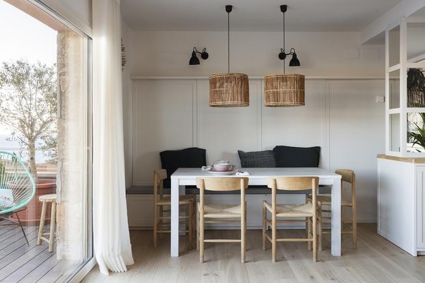 Comedor apartamento de verano con lamparas de rafia