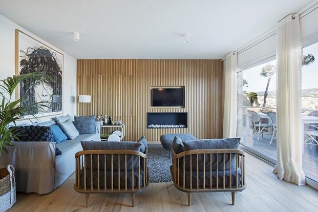 Salon de diseño con pared panelado de madera