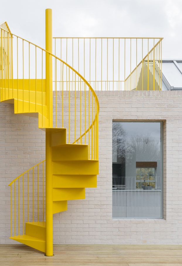 escalera amarilla ático en londres diariodesign